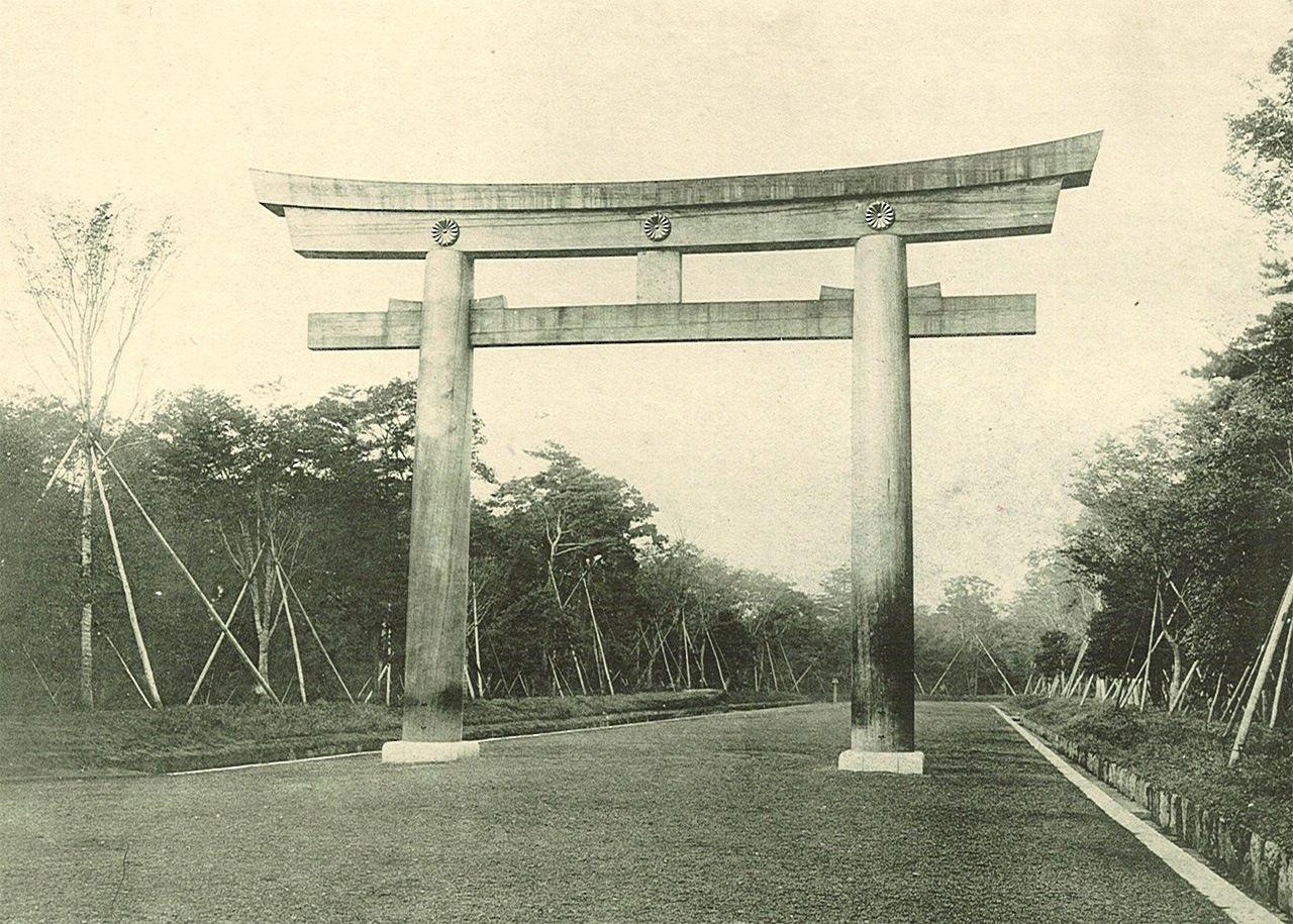 Территория возле Великих ворот-тории (Оотории) во время строительства святилища Мэйдзи-дзингу (фотография предоставлена святилищем Мэйдзи-дзингу)