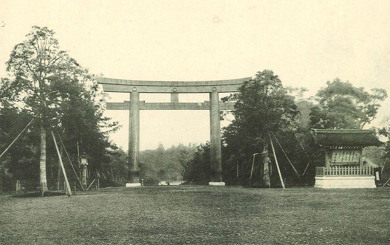 Территория возле тории Минамисандо (фотография предоставлена святилищем Мэйдзи-дзингу)