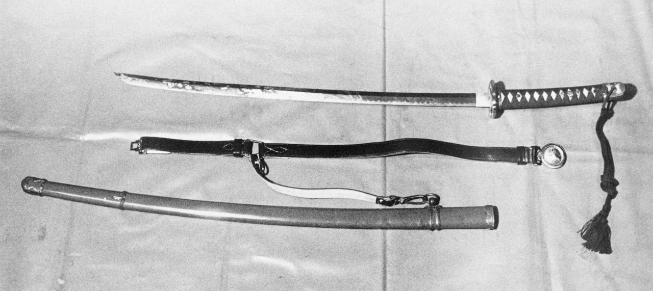 Японский меч с ножнами, использовавшийся Мисимой Юкио во время самоубийства (Jiji Press)
