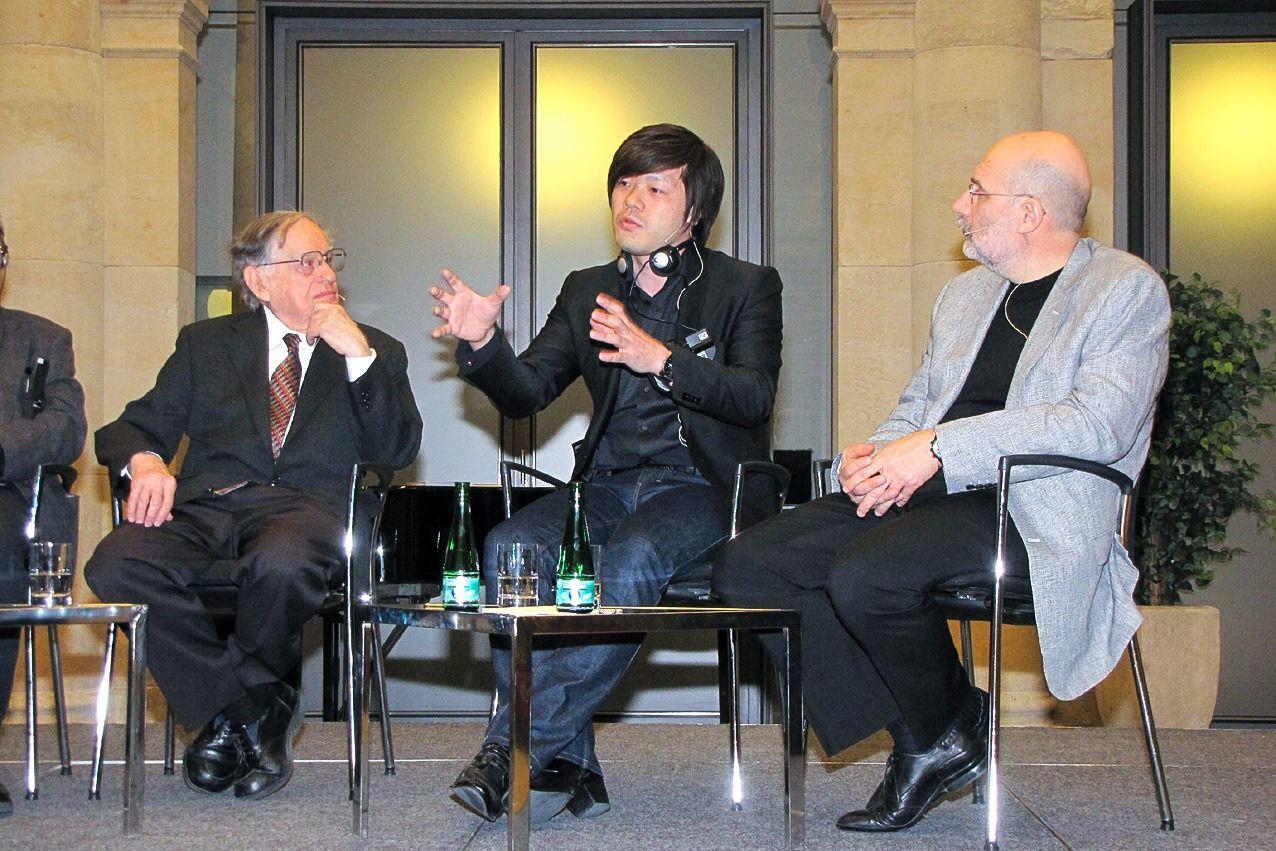 Открытая сессия на Берлинской конференции – панельная дискуссия с участием Доналда Кина, Хирано Кэйитиро и российского писателя Бориса Акунина (©Хидзия Сюдзи)