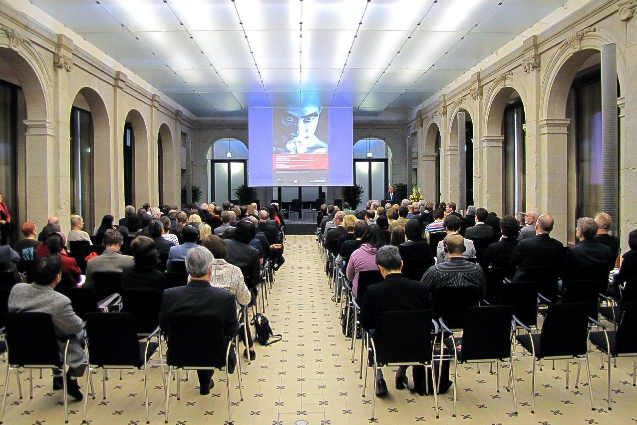 Конференция, посвящённая Мисиме, в Берлин-Бранденбургской Академии наук, проводимая при сотрудничестве со Свободным университетом Берлина и Японско-Немецким центром Берлина 18-20 марта 2010 г. (© Хидзия Сюдзи)