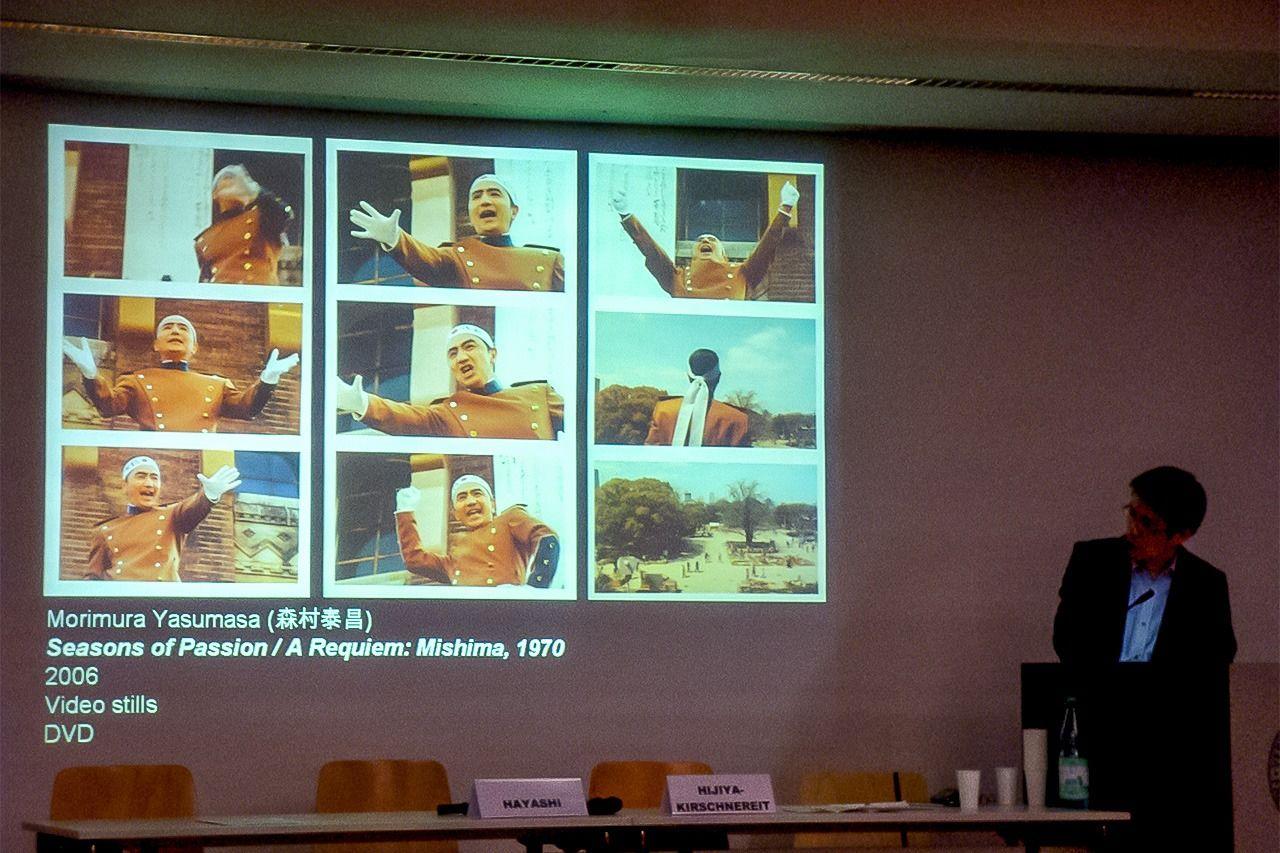 Презентация доклада Хаяси Митио на второй день Берлинской конференции о Мисиме (©Хидзия Сюдзи)