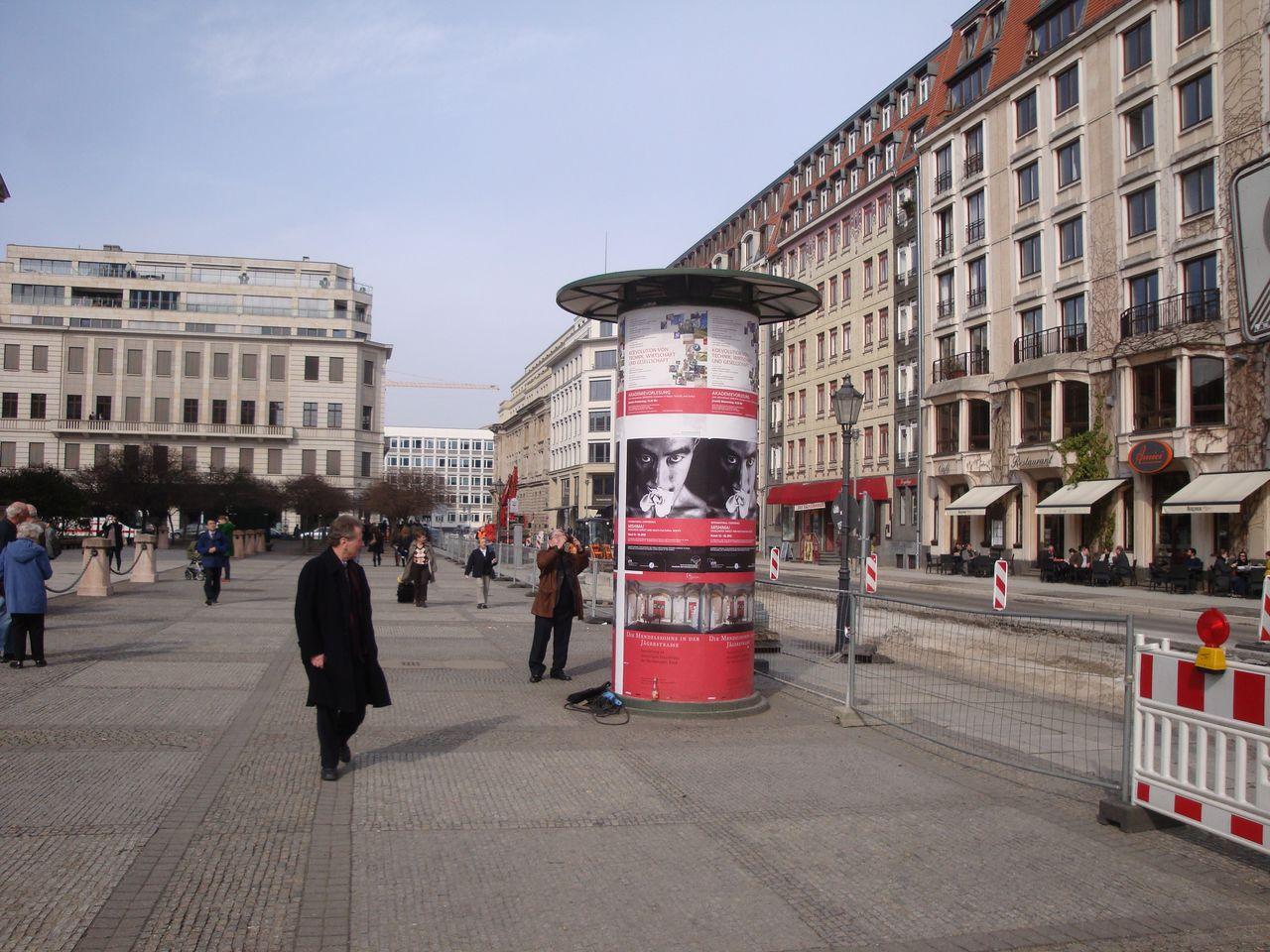 Плакаты о посвящённой Мисиме конференции в 2010 году в центре Берлина, на Жандарменмаркт (©Хидзия Сюдзи)