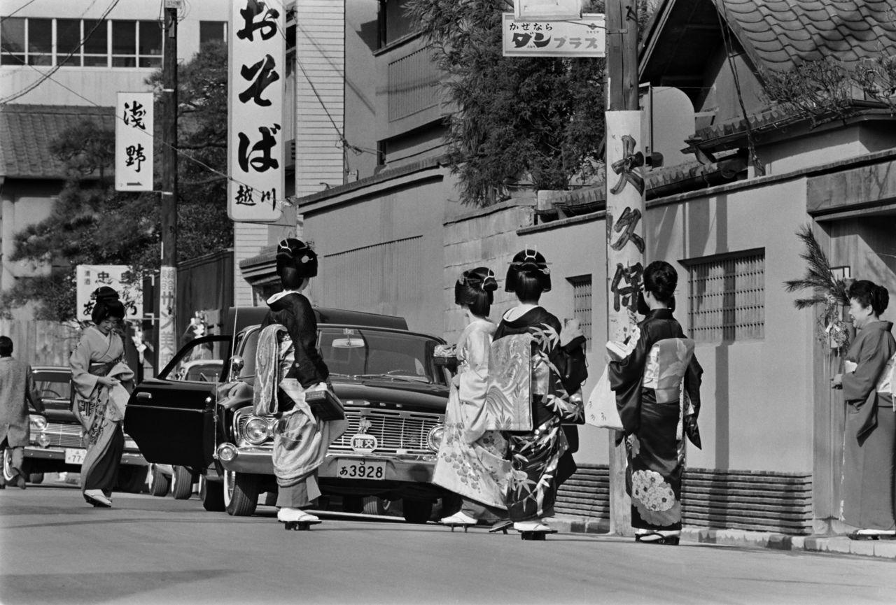 Гейши в «цветочном квартале» Акасака, Токио, 1960-е годы (Jiji Press)