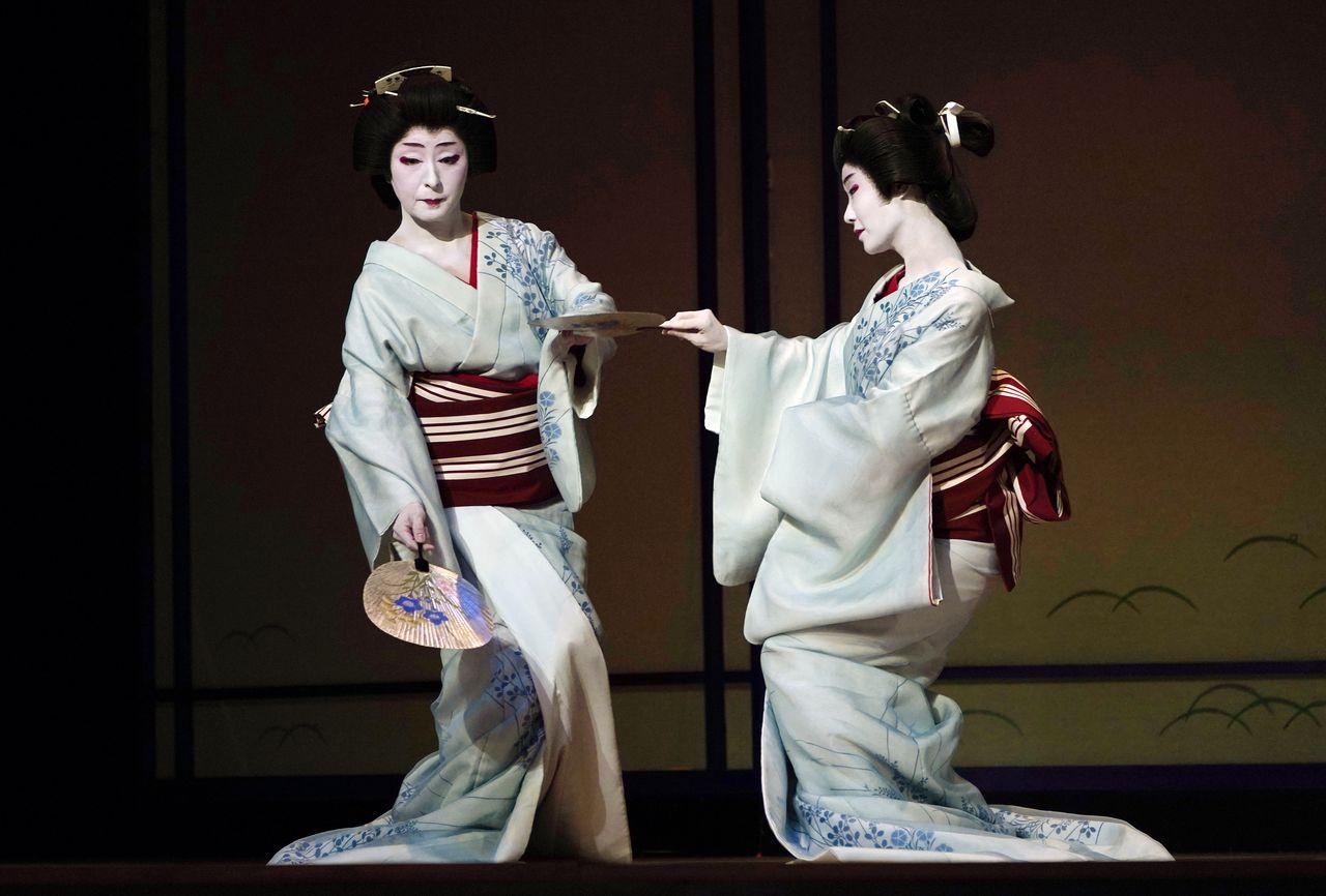 Гейши внесли неоценимый вклад в развитие японского танца. Репетиция накануне представления в театре «Симбаси эмбудзё» (май 2019 г., Jiji Press)