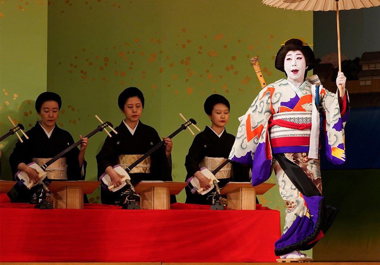 Гейши внесли большой вклад в сохранение и преемственность музыки для сямисэна. Репетиция накануне представления в театре «Симбаси эмбудзё» (май 2019 г., Jiji Press)