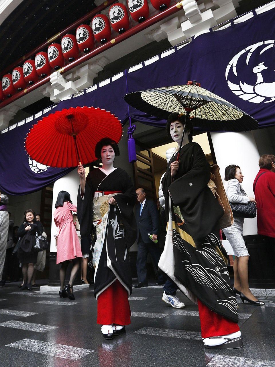 Гейши Симбаси, нарядившиеся по случаю открытия нового театра Кабукидза (апрель 2013 г., Jiji Press)