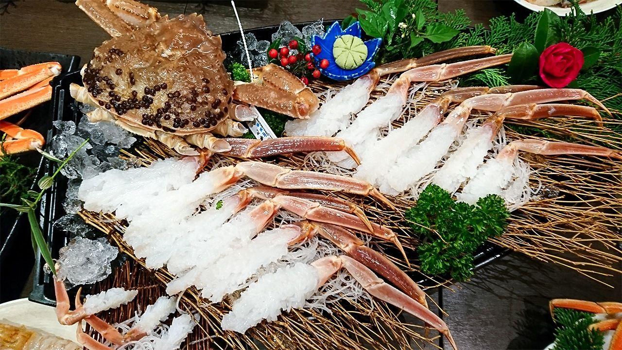 Сасими из снежного краба обладает особым сладким вкусом, привлекающим любителей крабового мяса