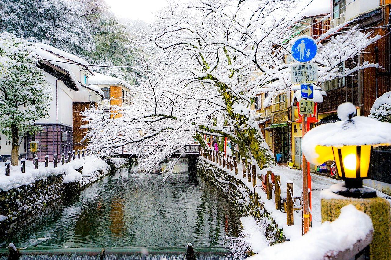 Киносаки Онсэн, Тоёока, префектура Хёго. Этот курорт каждую зиму объявляет себя «крабовым королевством», а в местных рёканах гостям предлагают роскошные блюда крабовой кухни (© Pixta)