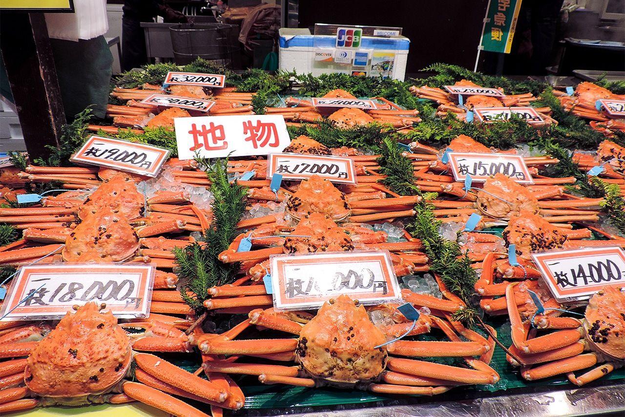 Рыбный магазин на рынке Омитё в Канадзаве. Кано-гани из рыбацких портов префектуры Исикава – популярный продукт в период с ноября по март