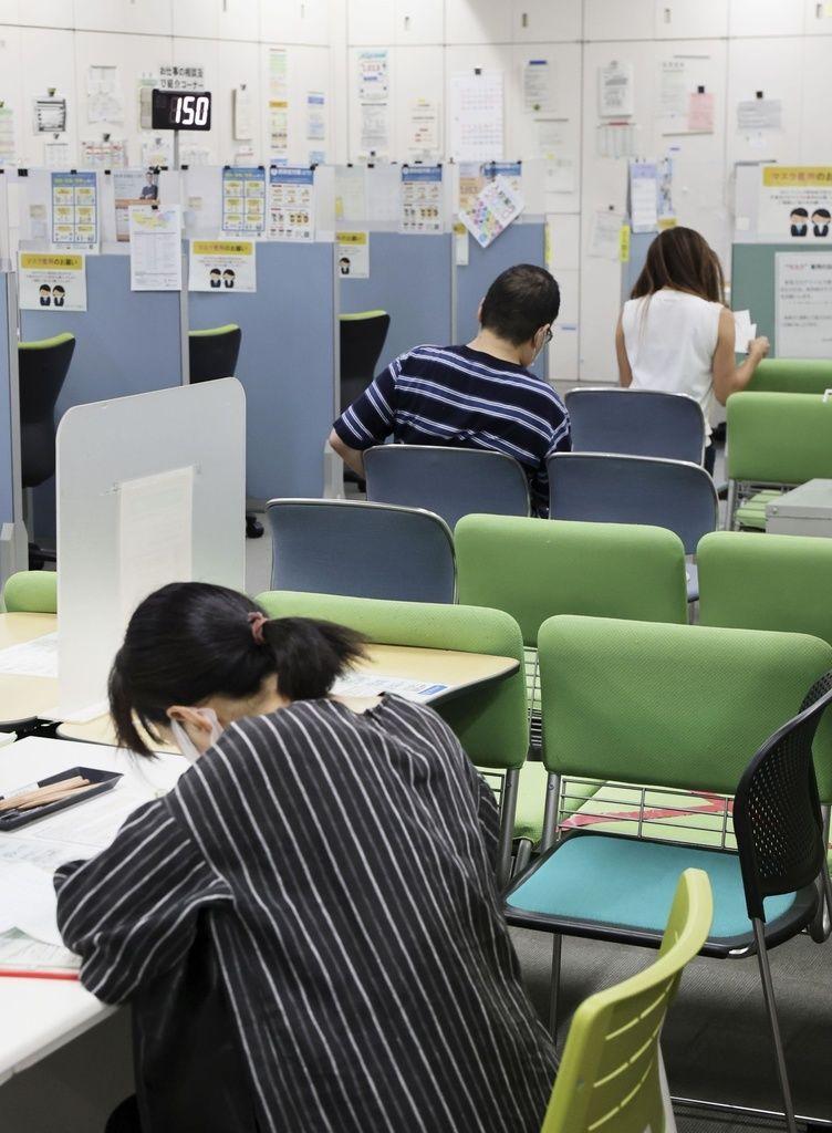 Ожидающие очереди в офисе службы трудоустройства «Харо ваку» в токийском районе Синагава (фотография «Кёдо цусин»)