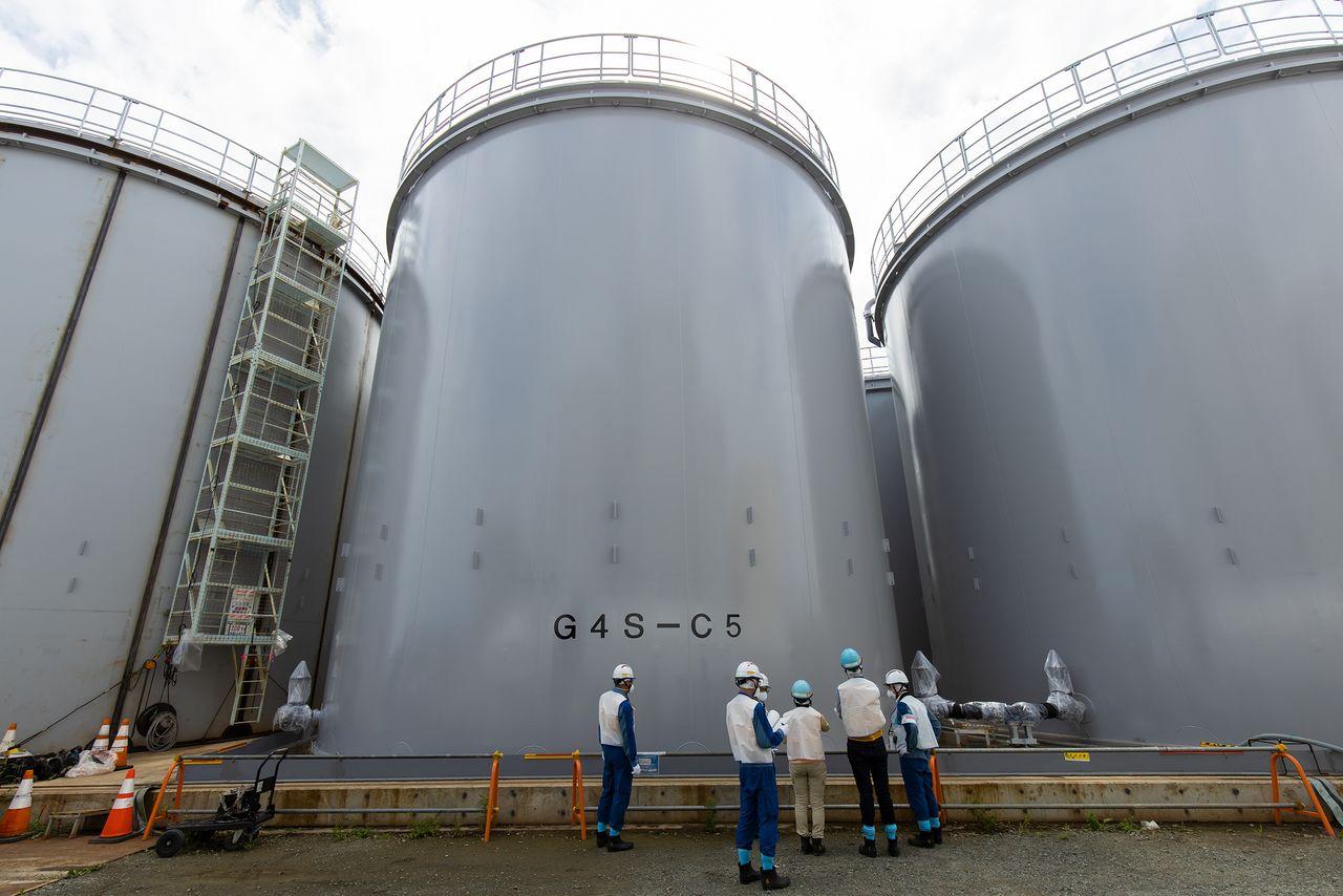 Высота громадных цистерн, где хранится обработанная вода, превышает 10метров Одна такая цистерна заполняется за неделю