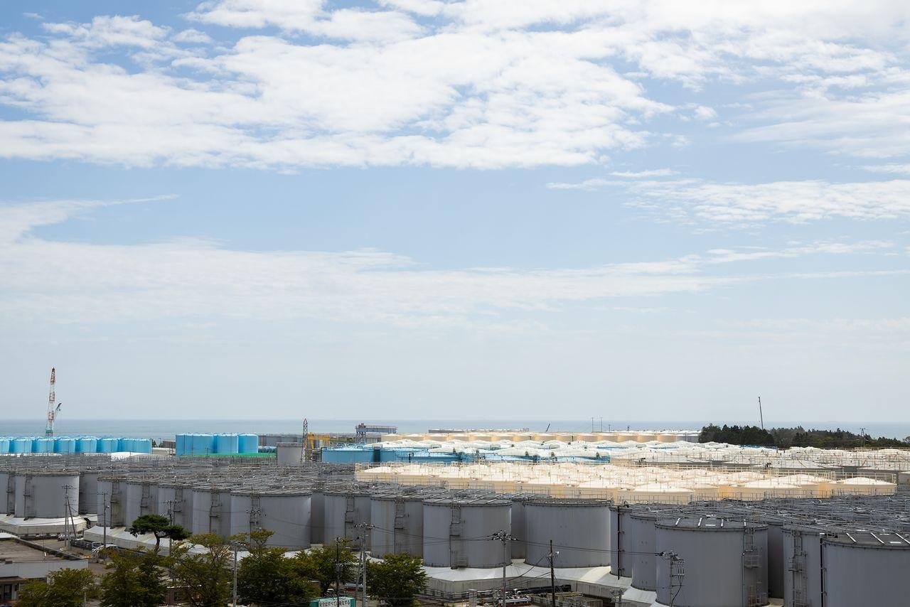 Территория АЭС «Фукусима-1» плотно заставлена цистернами