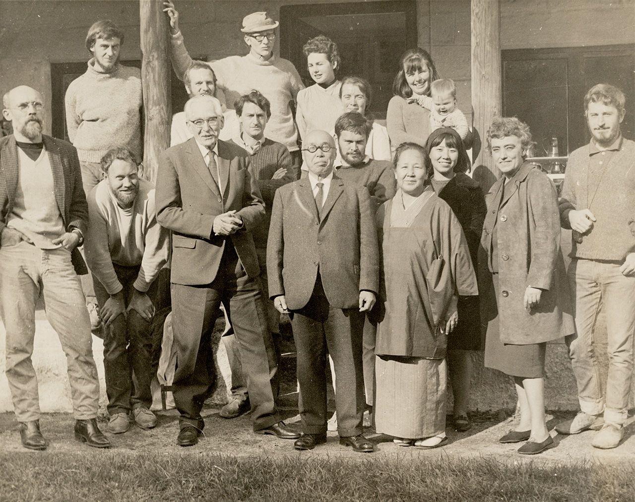 Бернард Лич (третий слева в первом ряду) и Хамада Сёдзи (рядом) в мастерской Лича вместе с сотрудниками, 1960 год (фото Центра изучения декоративно-прикладного искусства)