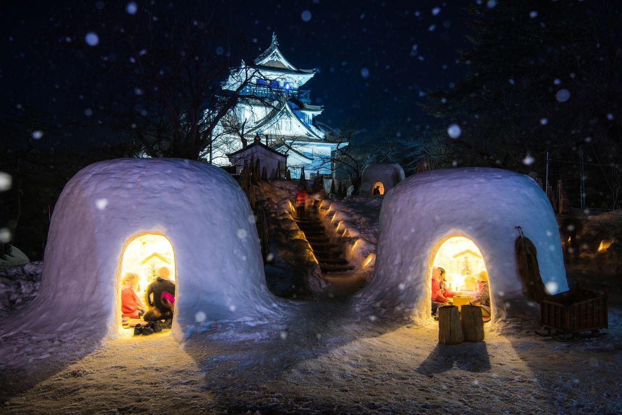 Домики из снега, камакура, возле замка Ёкотэ (© Pixta)