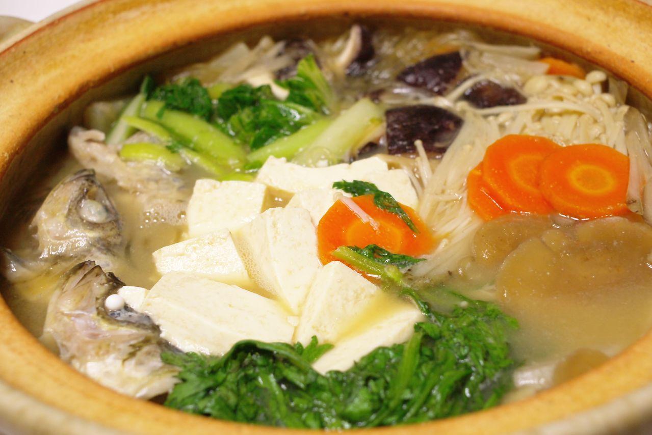 Блюдо прибрежной кухни, сёццуру-набэ (© Pixta)