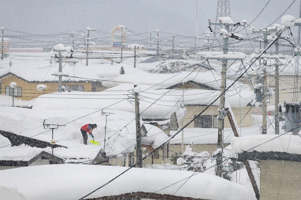 Заснеженные крыши в городе Юдзава, где родился премьер-министр Суга Ёсихидэ (© Pixta)