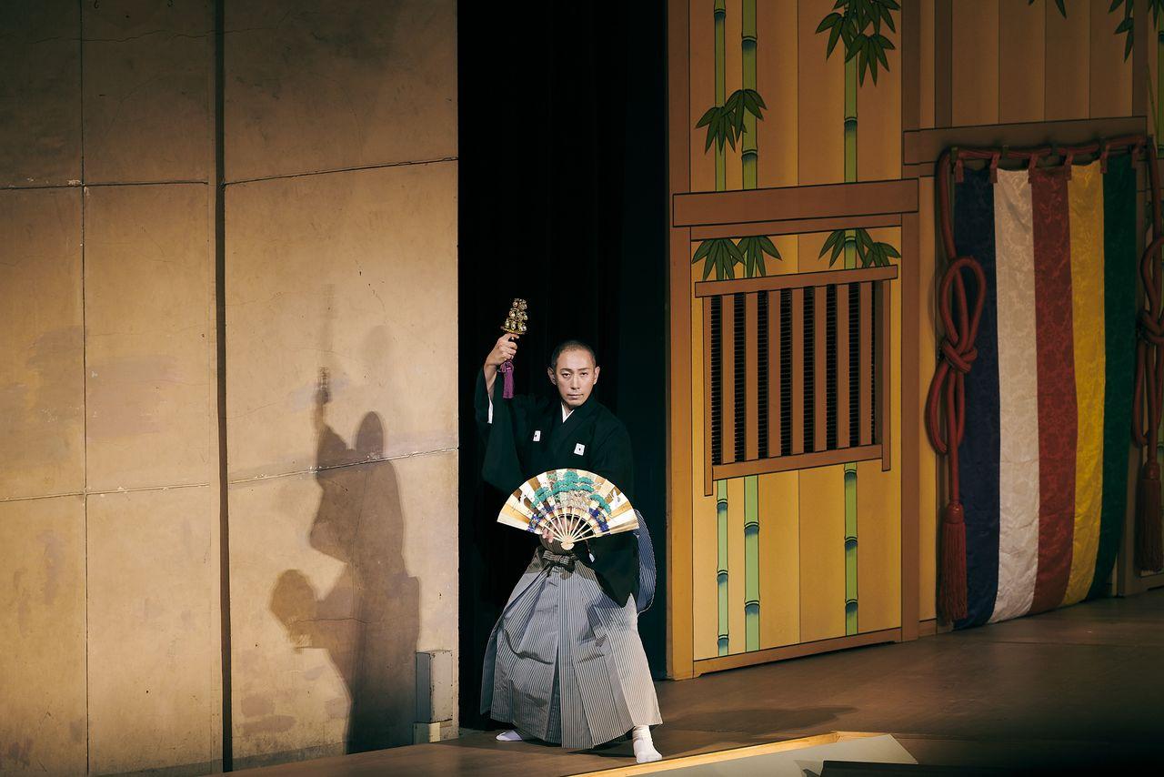 Танец «Котобуки-сики самбасо» традиционно исполняли для молитвы о спокойствии в стране и хорошем урожае; Эбидзо включил его в программу для выражения пожеланий восстановления после эпидемии