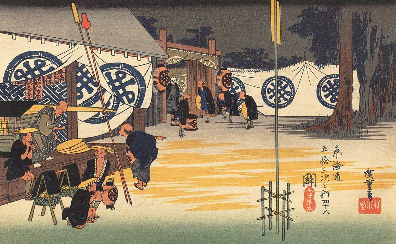 Хиросигэ, «Пятьдесят три станции Токайдо: раннее отправление из хондзин в Сэки». Под занавесями дзиммаку на здании слева висят таблички сэкифуда, перед ним готовят паланкины. Если присмотреться, на табличках нет имён даймё, вместо них – реклама косметики, а гербы на дзиммаку – вымышленное сочетание отцовской фамилии Хиросигэ «Танака» и телеги, здесь в полной мере проявляется юмор в стиле Хиросигэ (коллекция Национальной парламентской библиотеки)