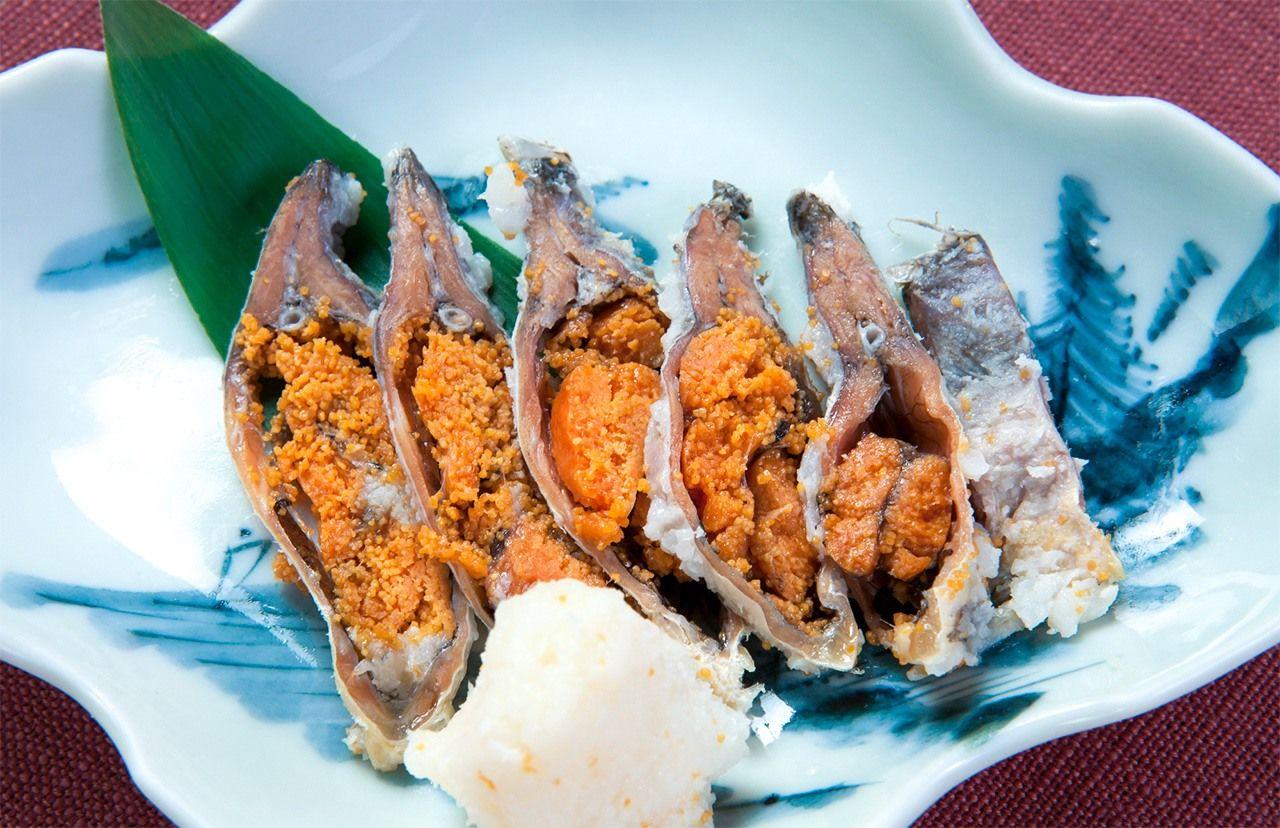 Фунадзуси – суси из риса и ферментированного карася, продукт префектуры Сига (© Pixta)