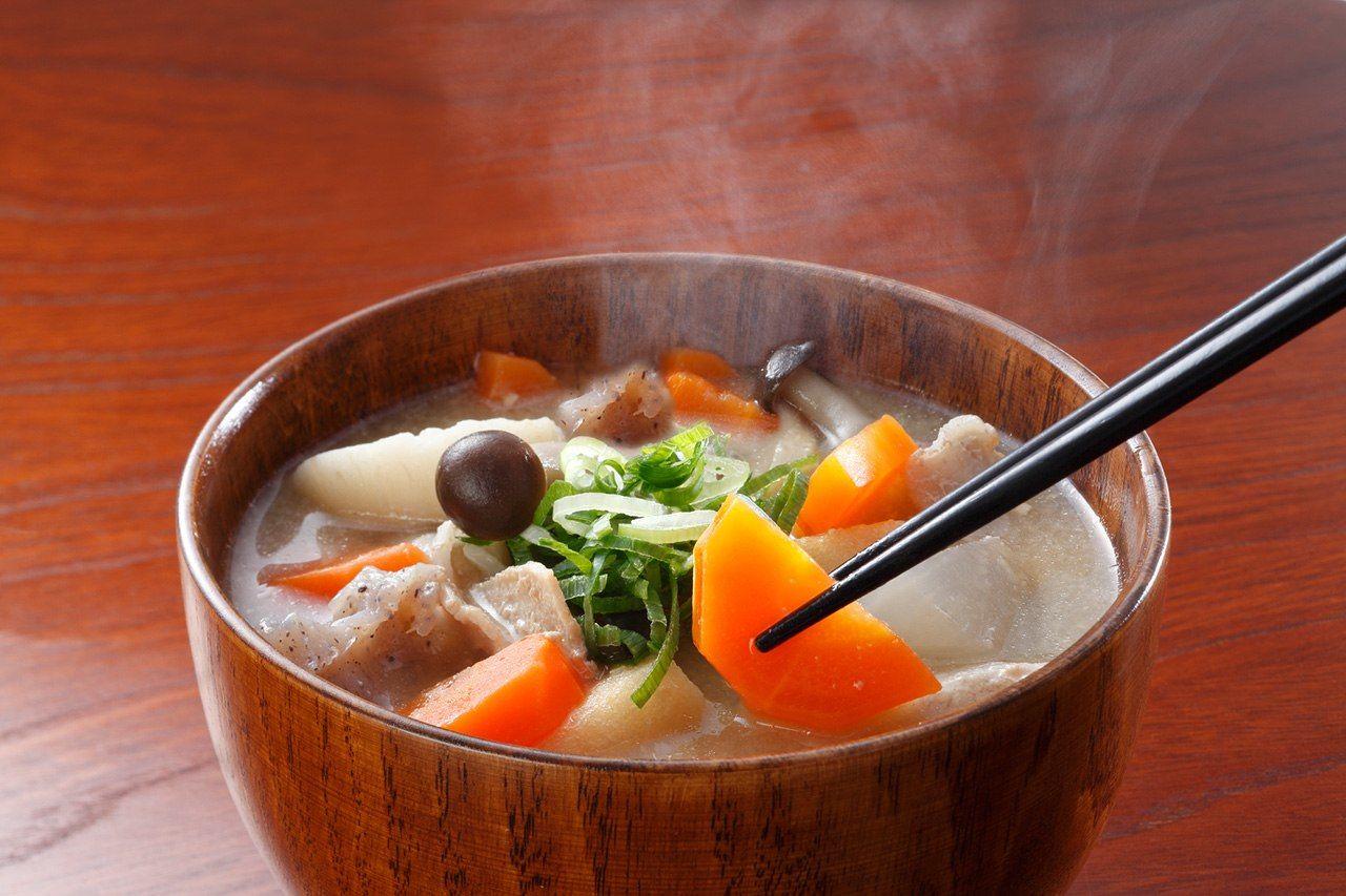 Тондзиру – суп из корнеплодов и свинины с добавлением пасты мисо (© Pixta)