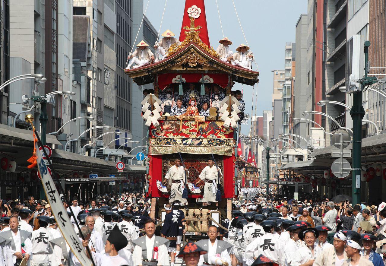 Традиционный летний праздник Гион: процессия повозок яма и хоко (р-н Симогё, Киото, 2018, Jiji Press)