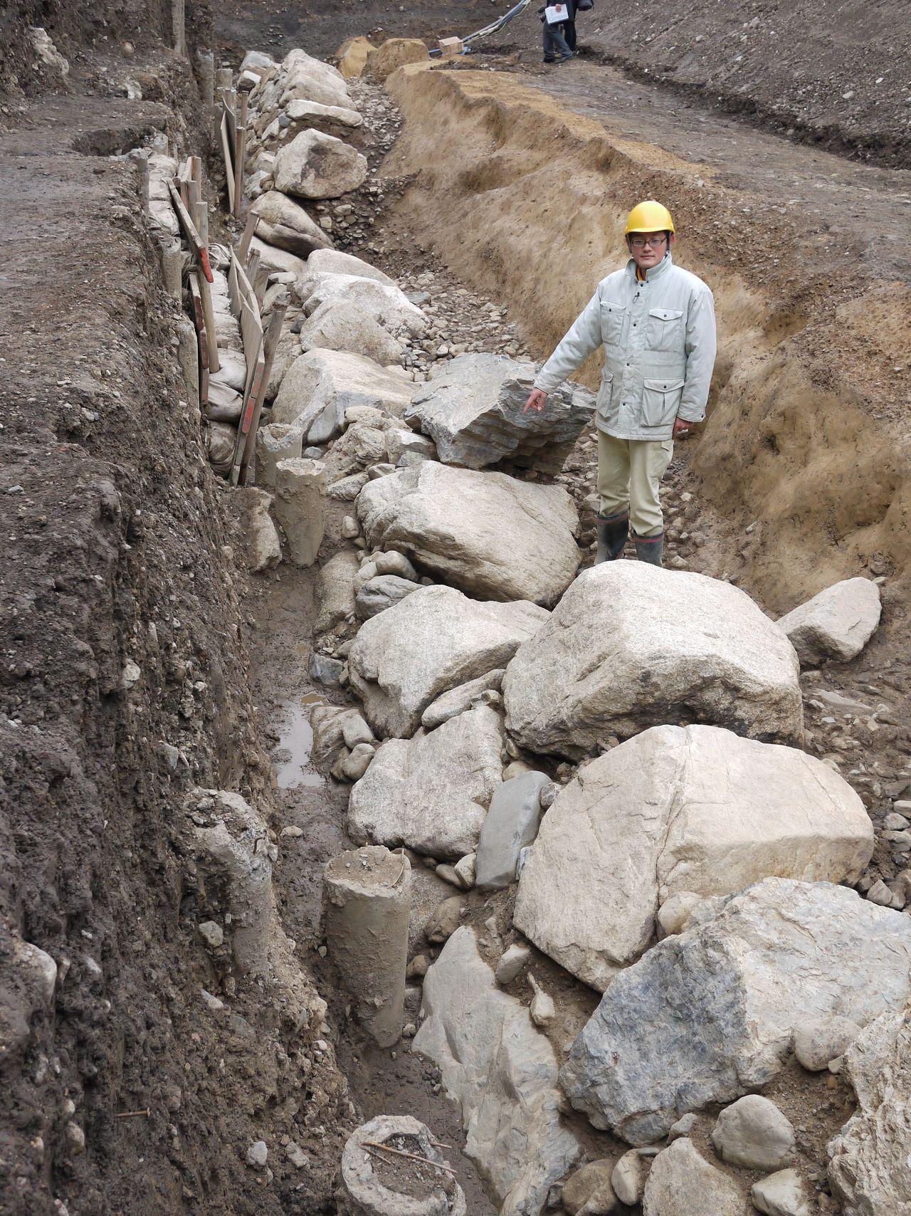 Найденная в 2012 году стена главного укрепления (Хоммару) замка Дзюракудай в р-не Камигё в Киото (Jiji Press)