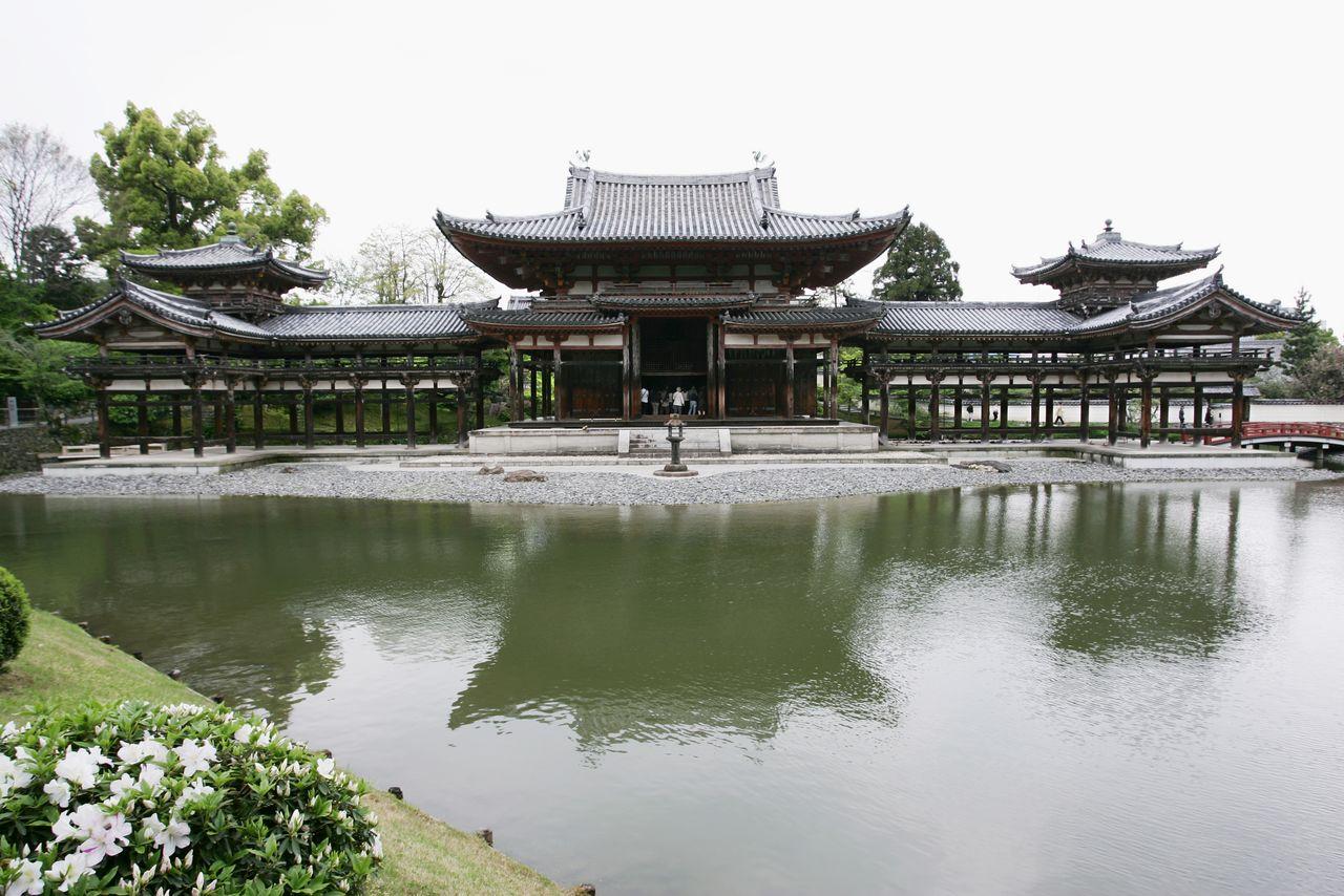 Павильон Феникса Хоодо в монастыре Бёдоин, типичный образец «павильонов Амиды» Амидадо, строившихся в период Хэйан (г. Удзи преф. Киото, 2006, Jiji Press)
