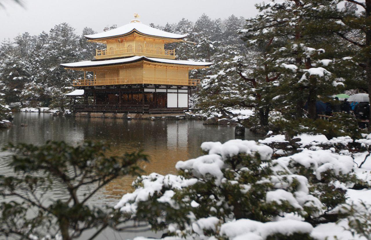 Кинкакудзи, Золотой павильон – вилла, которую Асикага Ёсимицу унаследовал от семьи Сайондзи, и после его смерти преобразованная в храм (р-н Кита, Киото, 2014, Jiji Press)