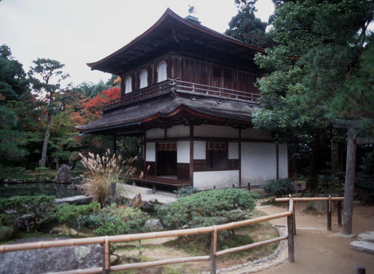 Гинкакудзи, Серебряный павильон, в храме Дзисёдзи, который Асикага Ёсимаса построил как виллу и завещал превратить в храм после его смерти (р-н Сакё, Киото, 1998, Jiji Press)