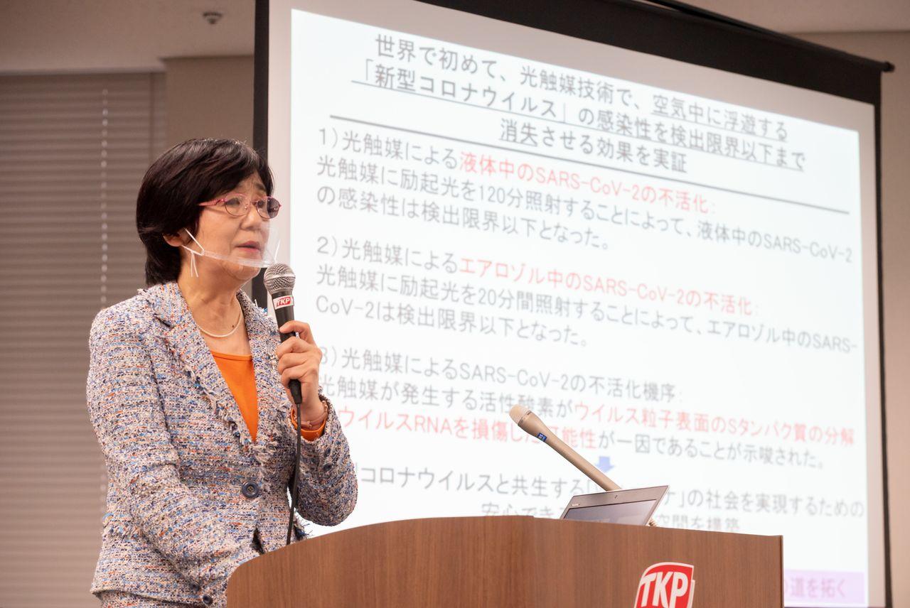 Аида Ёко, старший исследователь медицинского факультета университета Нихон, рассказывает о результатах эксперимента по дезактивации вируса SARS-CoV-2 с помощью дезинфектора компании «Калтек» (@ «Калтек»)
