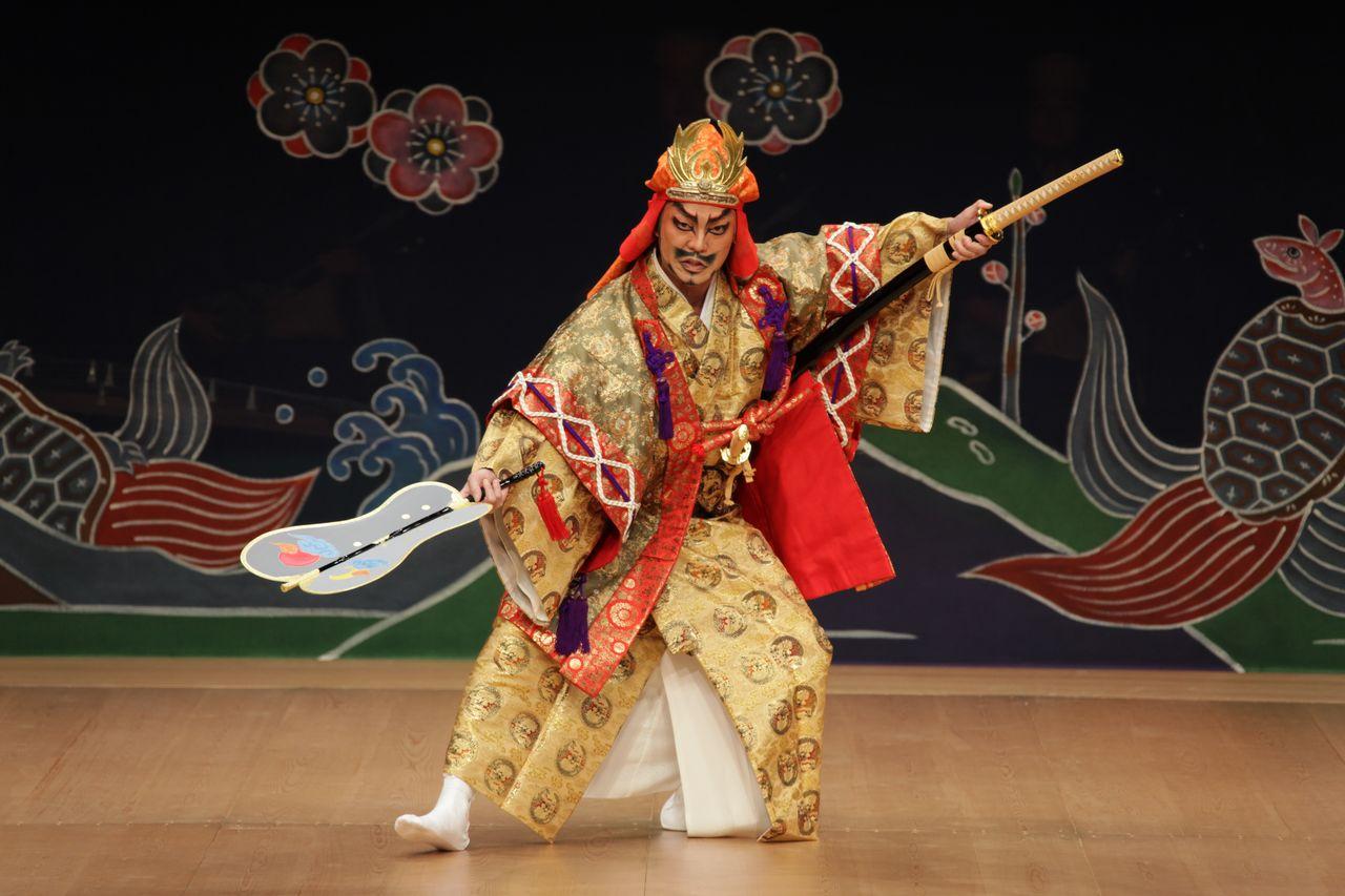Сцена из «Нидо тэкиути», одного из самых известных кумиодори. Драма основана на истории Амавари, поднявшему мятеж в XV веке, которому отомстили осиротевшие сыновья его противника, верного вассала Госамару (предоставлено Национальным театром Окинавы)