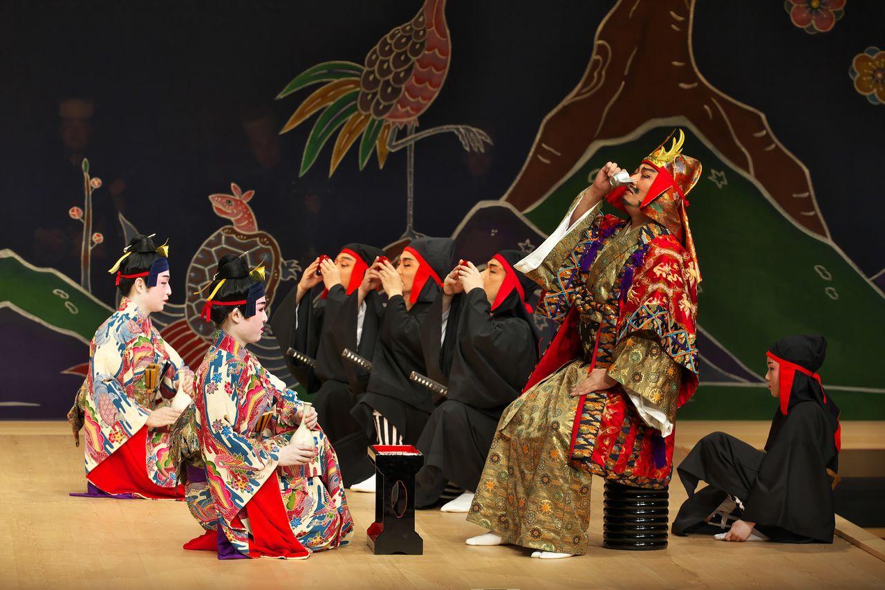 Сцена из спектакля «Нидо тэкиути». Горя желанием захватить контроль над королевством, Амавари (справа) уничтожает своего соперника Госамару, за которого отомстили два его сына (слева) (предоставлено Национальным театром Окинавы)