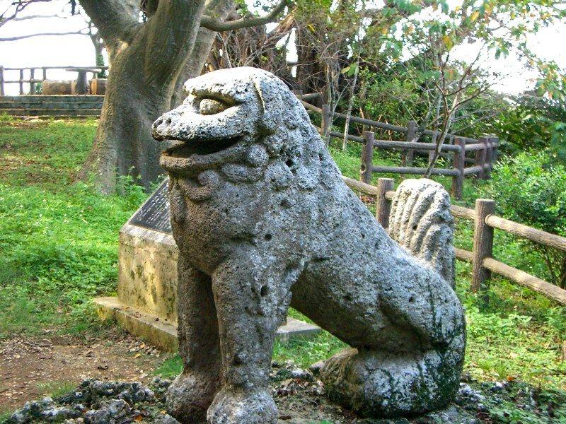 Божества-хранители сиса получили широкое распространение в деревнях в Новое время, а начиная с эпохи Мэйдзи (1868-1912) они стали появляться и на черепице (фото автора)