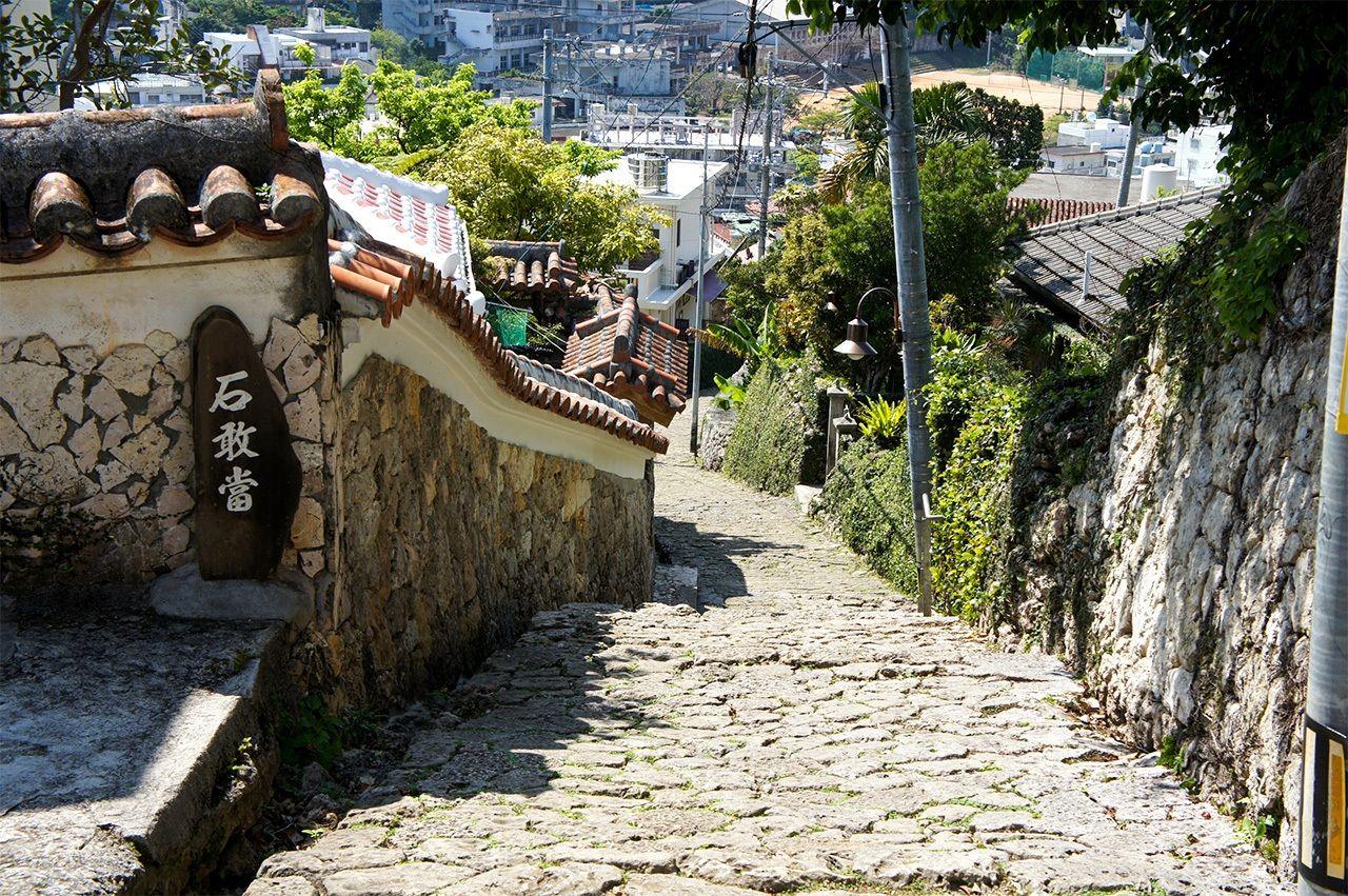 Каменные обереги исиганто изначально возникли в Китае; их размещают на Т- и Y-образных перекрёстках, чтобы отогнать злых духов (фото автора)