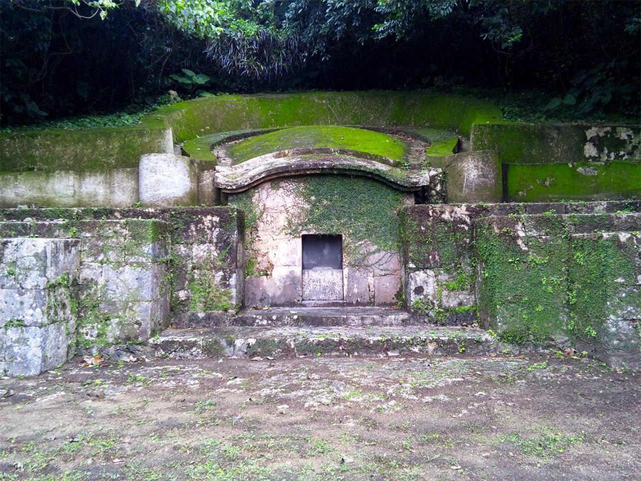 Камэко-бака, «черепаховая могила». Их начали строить на островах во второй половине XVII века. Считается, что они возникли в провинции Фуцзянь. Это не отдельные могилы, а семейные склепы (фото автора)