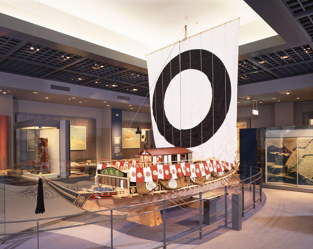 """Реконструкция «Хирюмару». Корабль был воспроизведён по картине «Подробная картина-кириэ корабля """"Хирюмару""""» (фотография предоставлена Историческим музеем города Такамацу)"""