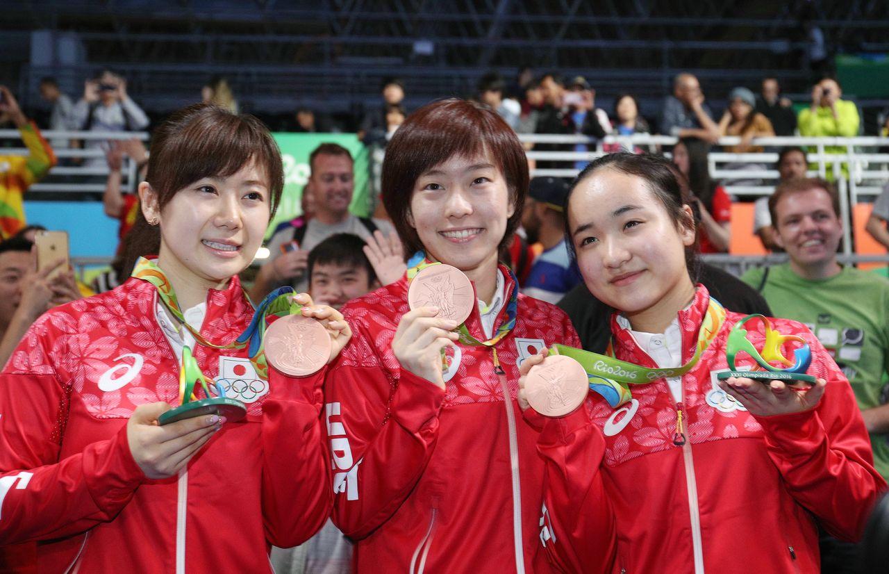 Члены женской сборной Японии демонстрируют бронзовые медали в Рио-де-Жанейро в 2016 году. Слева направо: Фукухара Ай, Исикава Касуми и Ито Мима (© Jiji)