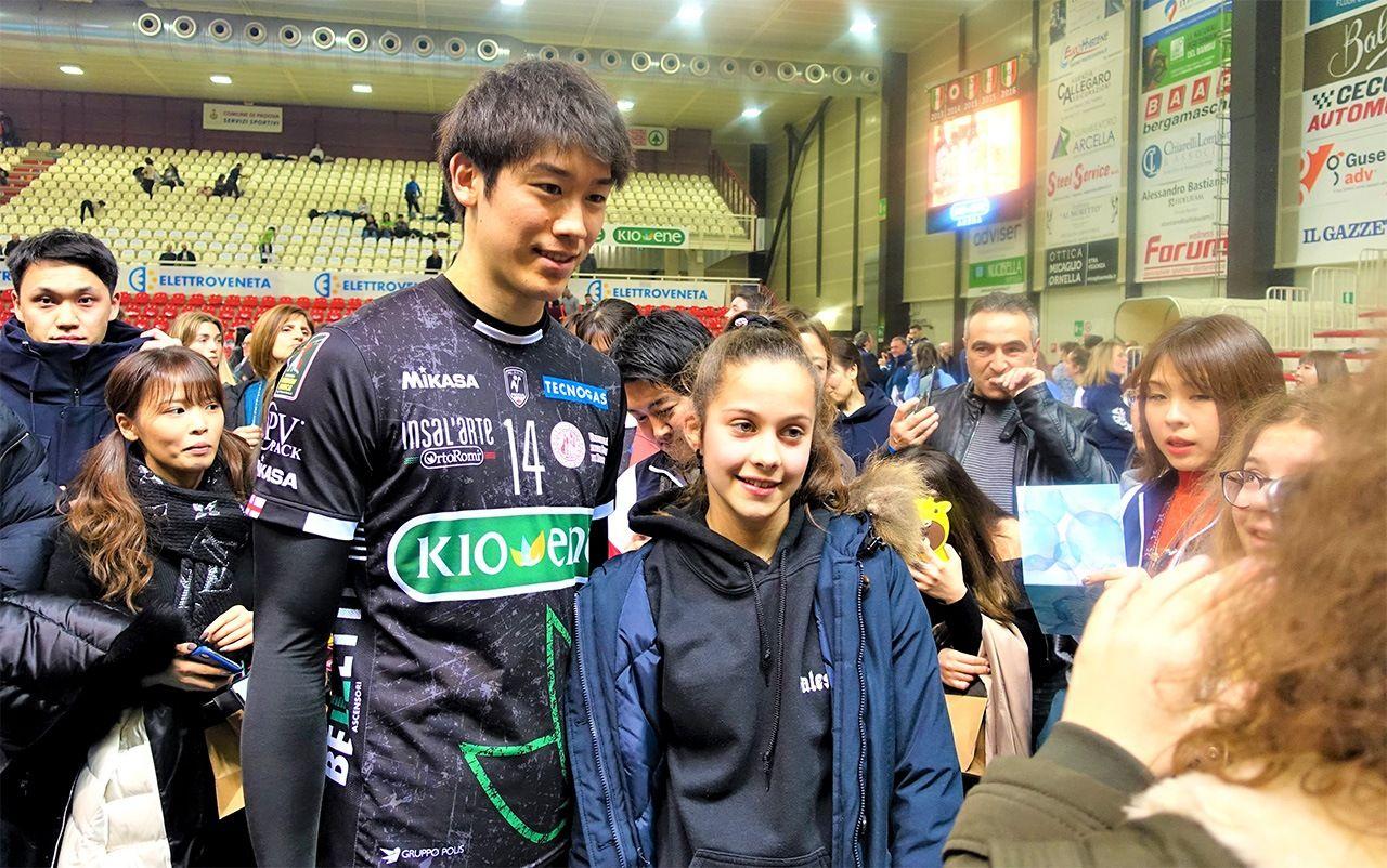 Исикава фотографируется с японскими и местными болельщиками после матча (© Амано Хисаки)