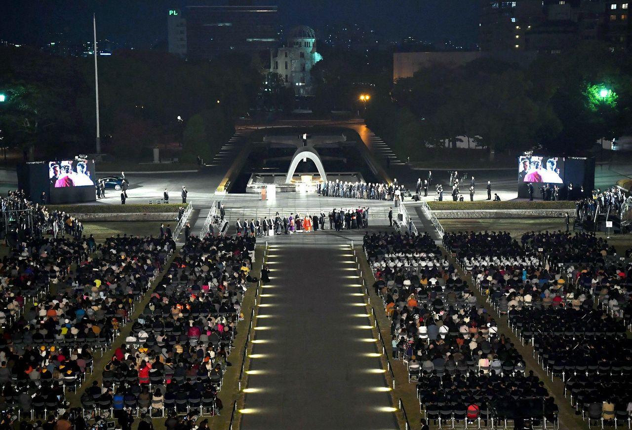 Папа римский Франциск в Парке мира в Хиросиме (24.11.2019, © Jiji)