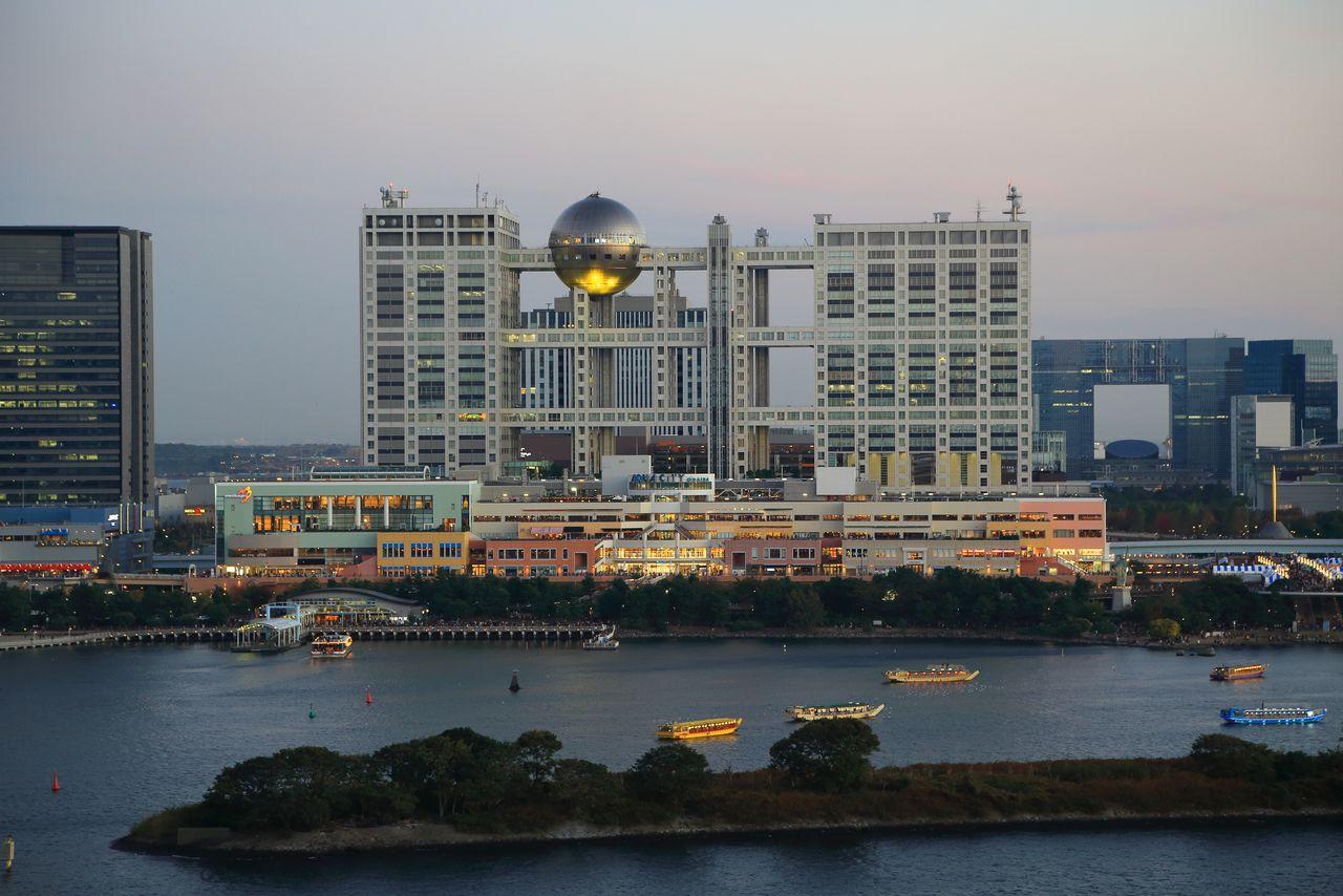 Здание телекомпании Fuji TV (1996), построенное Тангэ в рамках проекта развития прибрежного района Токио (© Pixta)