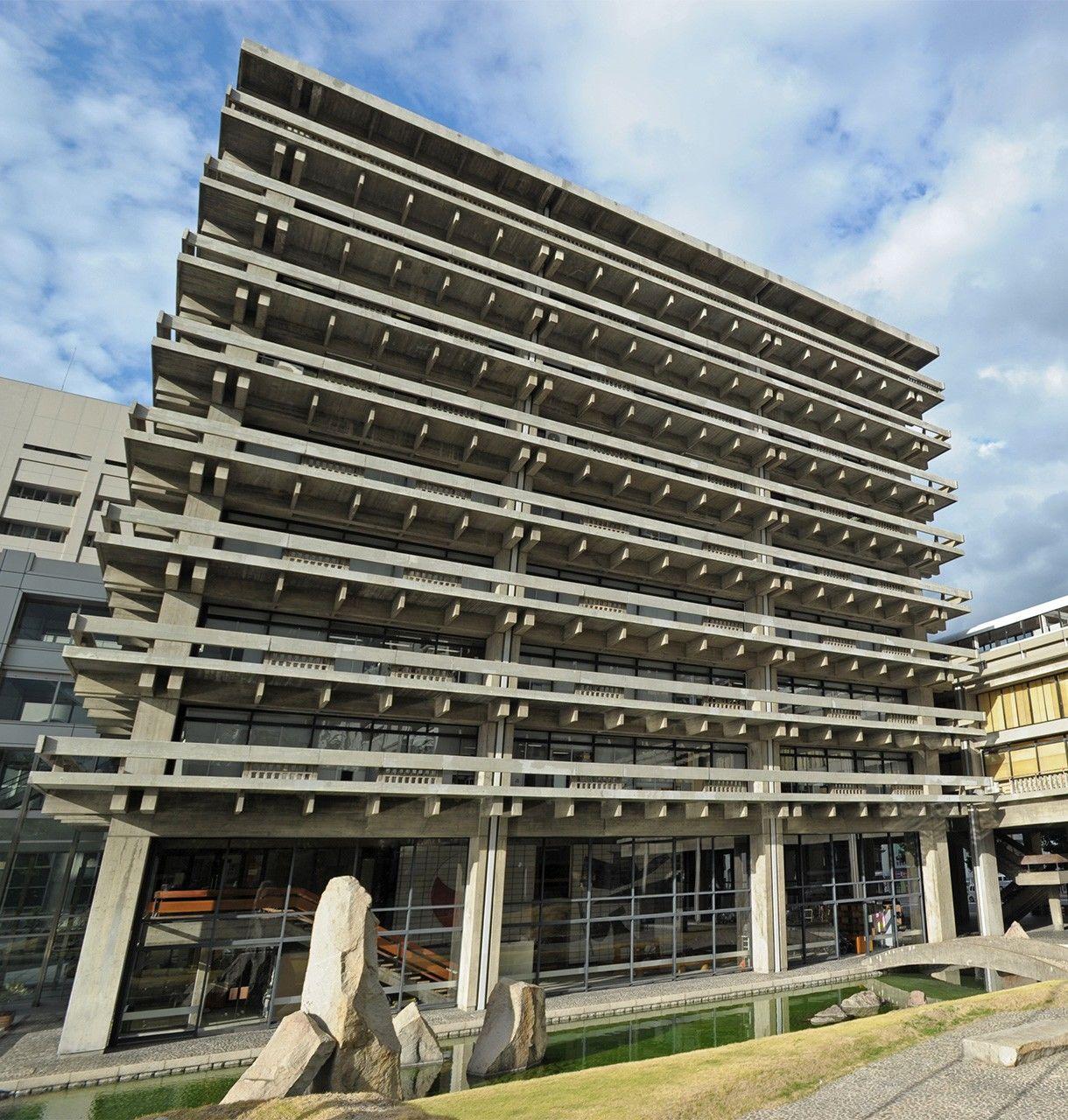 Восточное крыло здания управления префектуры Кагава (бывший главный корпус), построенное в 1958 году. Конструкция с применением бетонных балок выполнена в стиле традиционных деревянных построек (© Jiji)