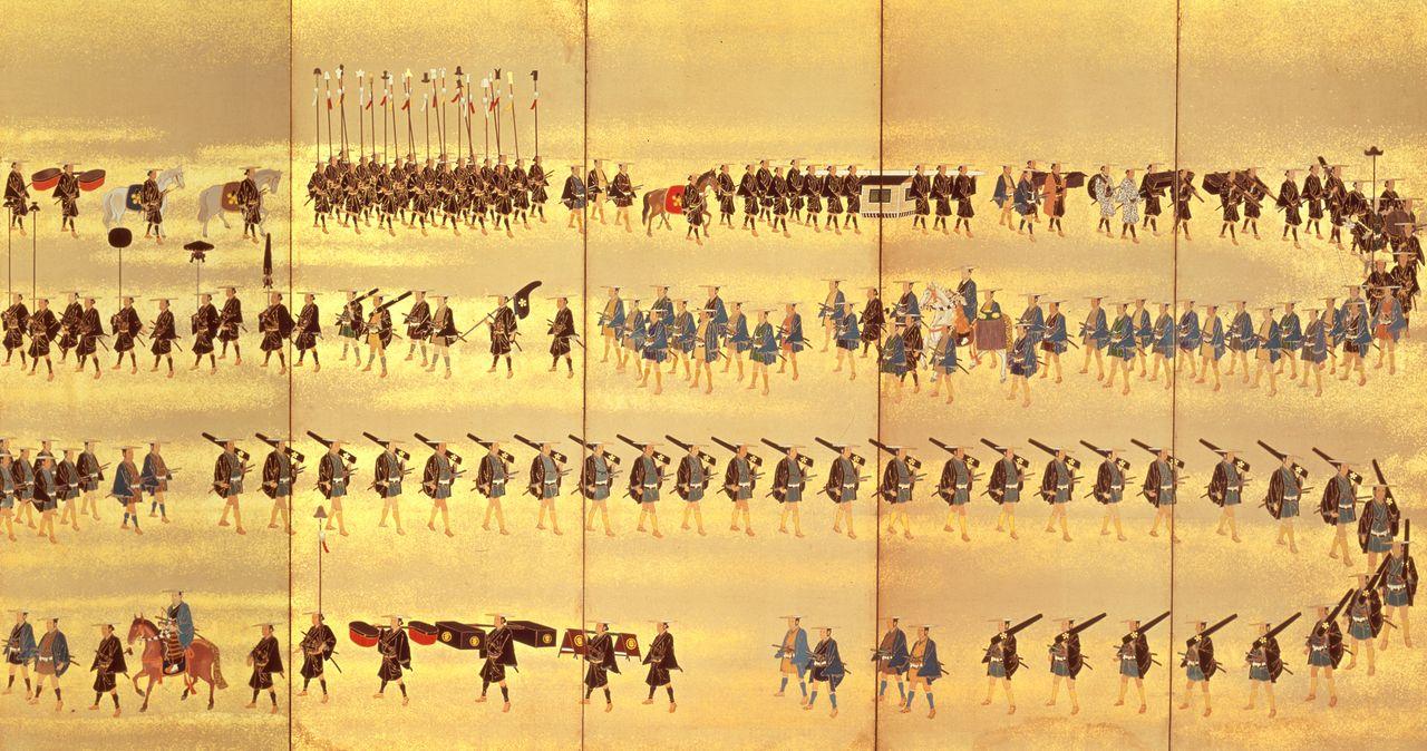 «Ширма бёбу с картиной процессии даймё Гёзу княжества Кага» (фрагмент). Всего изображено 473 человека, 14 лошадей и 4 паланкига-каго. Человек на белом коне во втором сверху ряду – правитель княжества Кага из рода Маэда. Иногда процессия была огромной, в общей сложности в 2000 человек (собрание Исторического музея префектуры Исикава)