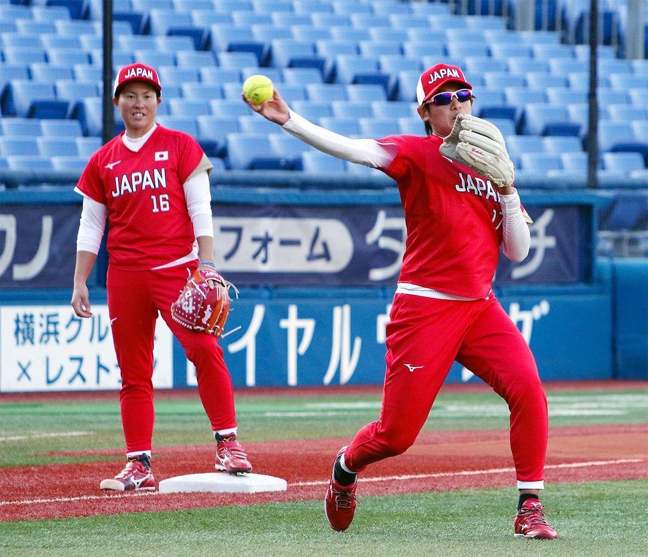 Фудзита (слева) наблюдает за игрой Уэно на тренировке на стадионе Йокогама 17 ноября 2020 года. (© Jiji)