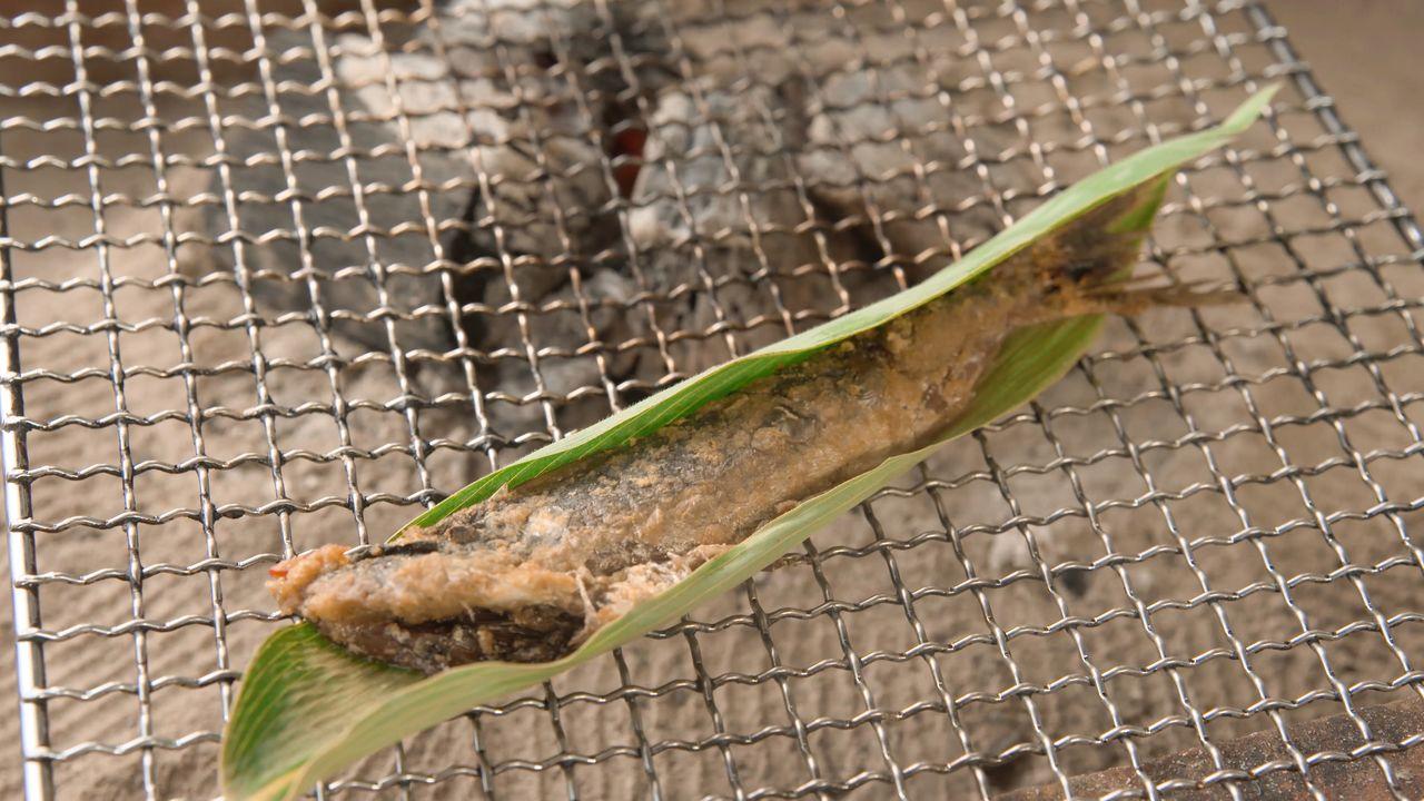 Конка-иваси едят слегка поджаренной вместе с рисовыми отрубями