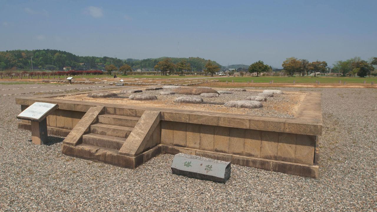 Площадка с камнями фундамента пятиярусной пагоды