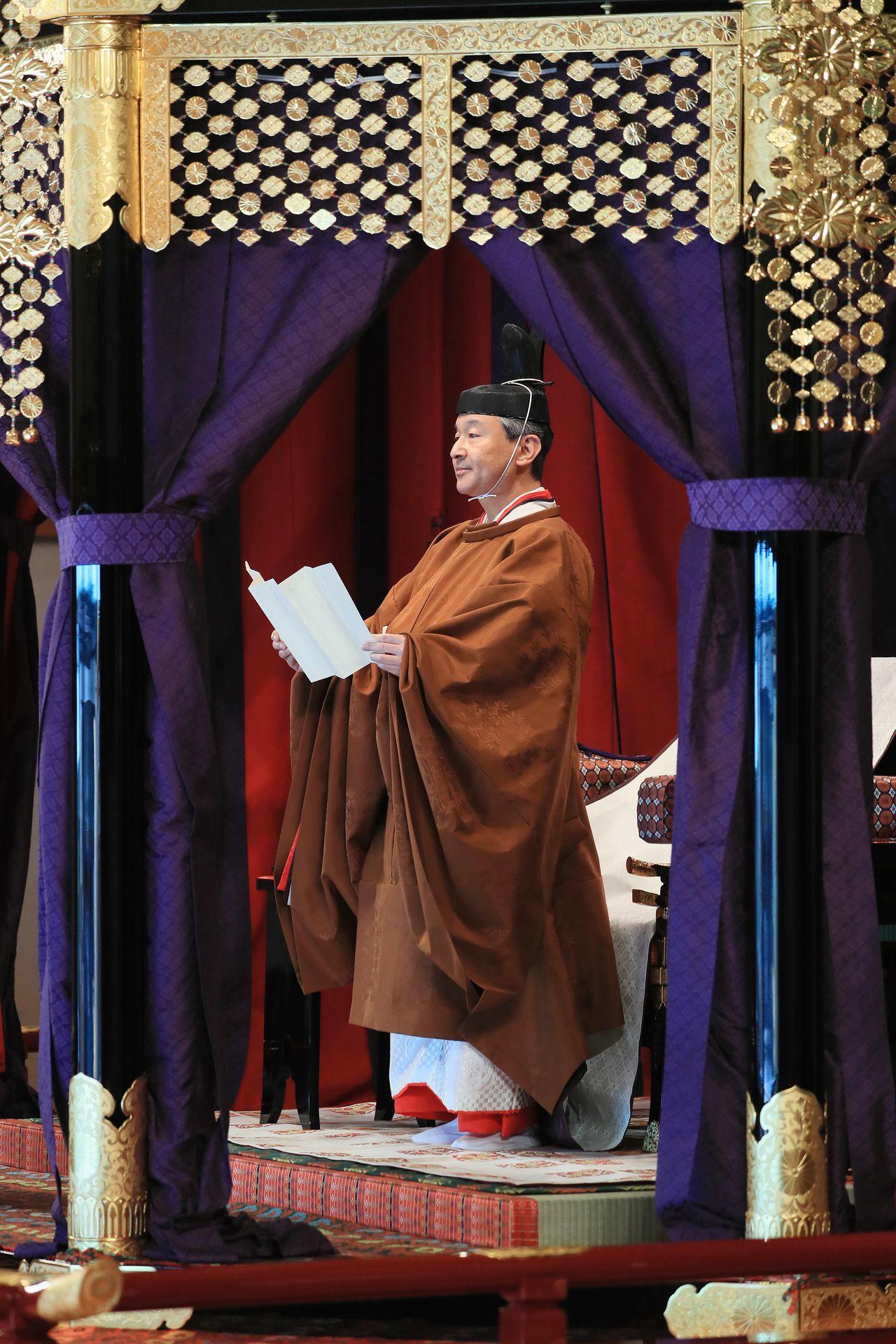 Император читает тронную речь (© Jiji)