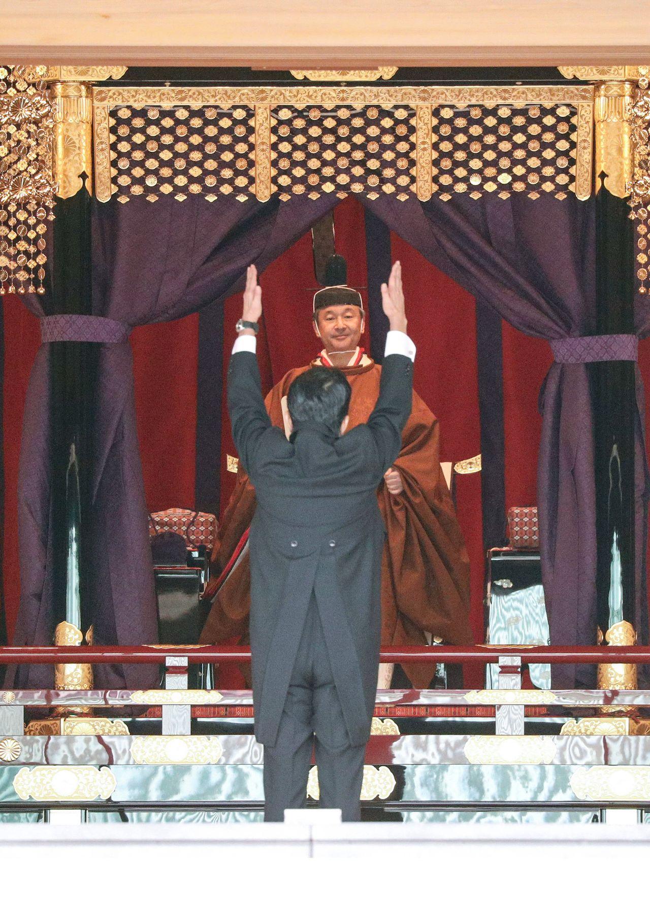 Премьер-министр Абэ Синдзо возглашает «Бандзай!» после своей поздравительной речи (© Jiji)