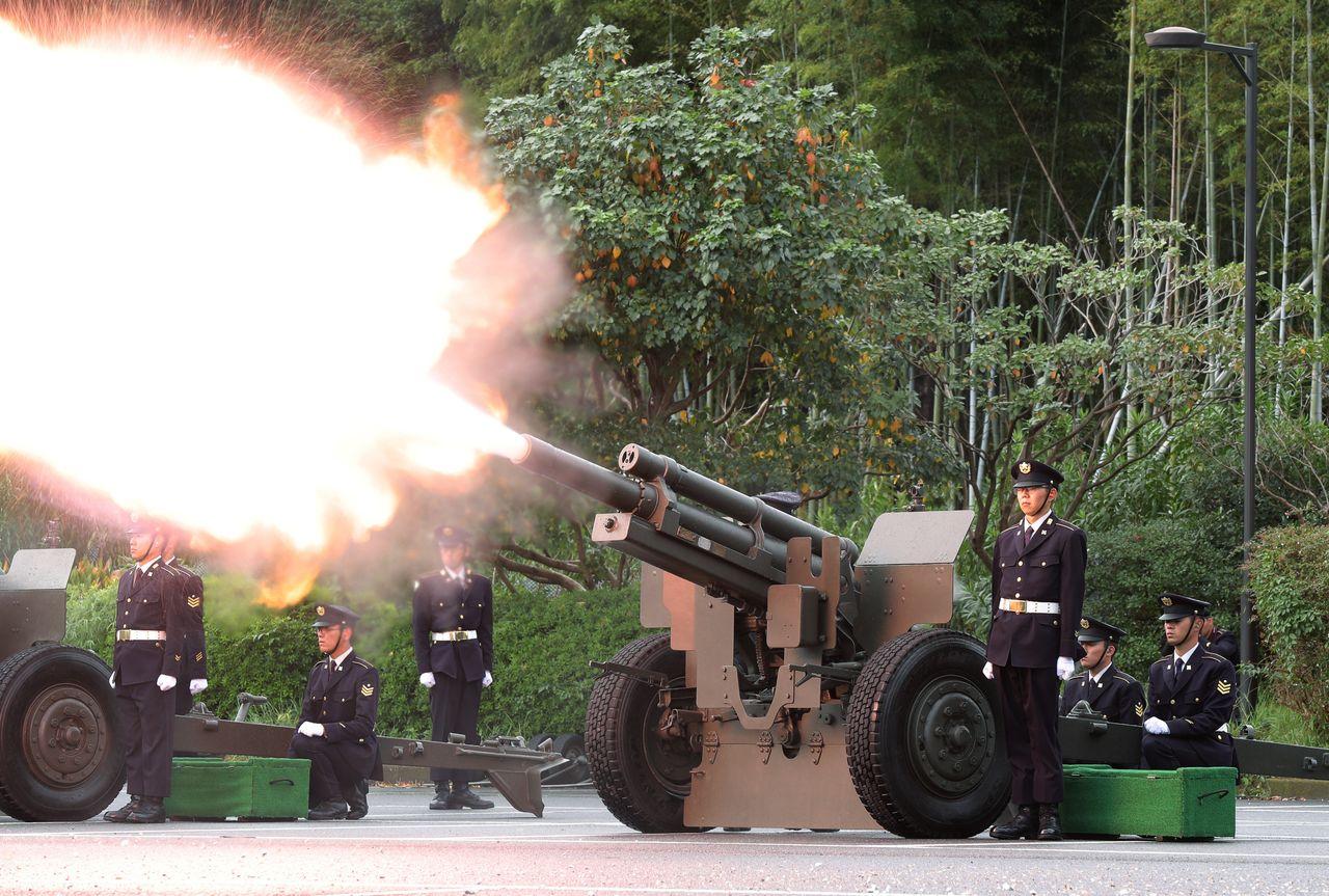 Служащие Сухопутных Сил самообороны стреляют из 21 орудия в парке Китаномару, расположенном к северу от дворца (© Jiji)