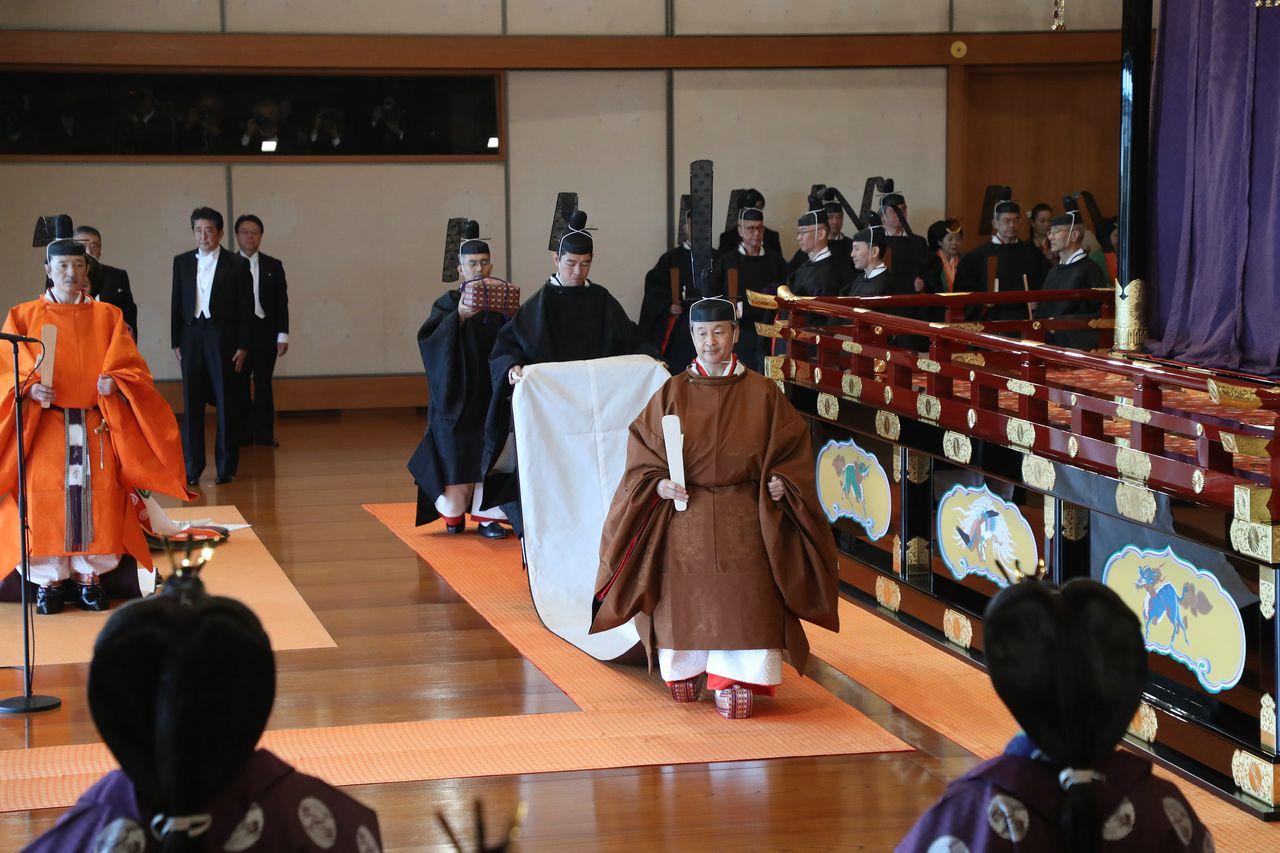 После окончания Сокуирэй сэндэн-но ги император Нарухито выходит из зала Мацу-но ма, проходя мимо членов императорскогог дома (© Jiji)